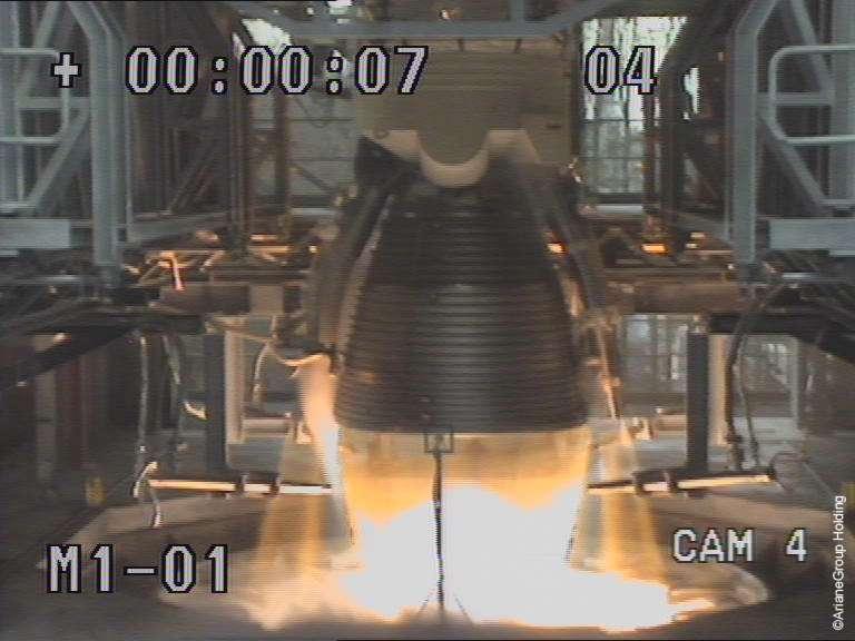 Le Vulcain 2.1 à l'essai sur son banc de test du site de Lampoldshausen du DLR Allemand. © ArianeGroup Holding