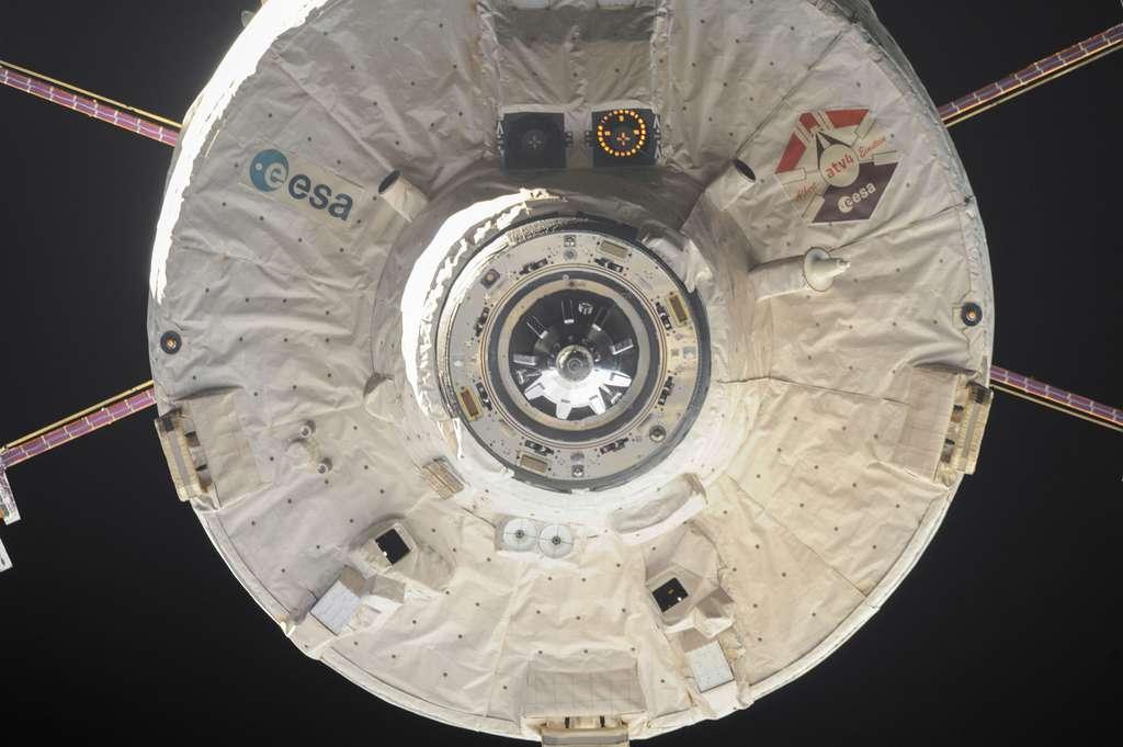 Gros plan sur le mécanisme d'amarrage de l'ATV. À l'image, l'ATV-4 lors de son dedocking de la Station spatiale internationale, en novembre 2013. © Nasa