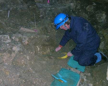 Ken Tankersley fouillant une grotte. Crédit : National Geographic Channel