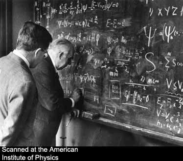 Aage Bohr et son père au tableau noir en train de résoudre l'équation de Schrödinger appliquée à un problème de supraconductivité. Crédit : AIP Emilio Segre Visual Archives