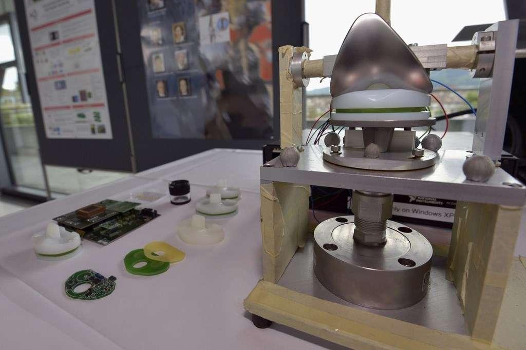 Les équipes de l'École polytechnique fédérale de Lausanne ont travaillé à partir de l'insert en polyéthylène que l'on retrouve dans toutes les prothèses de genou existantes. La partie gauche de la photo montre le circuit électronique qui intègre plusieurs capteurs et un module de transmission sans fil. L'ensemble a été miniaturisé et façonné à la forme de l'insert. L'objectif est de permettre à tous les fabricants de prothèses d'intégrer facilement cette technologie. © Nano-Tera
