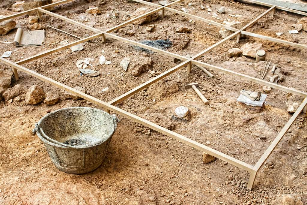 L'archéologue cherche des traces laissées par l'Homme depuis la Préhistoire. © mrks_v, Adobe Stock