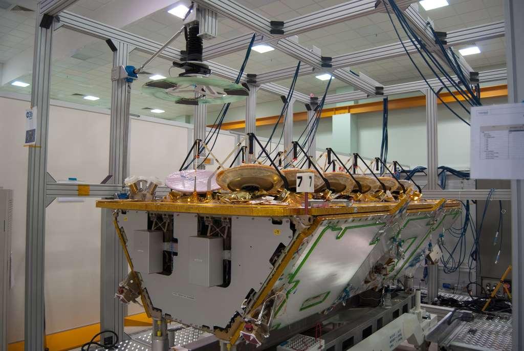 Un des quatre satellites O3B qui doivent être lancés en juin. Il est ici vu dans l'usine romaine de Thales Alenia Space, en mars 2013. © Rémy Decourt