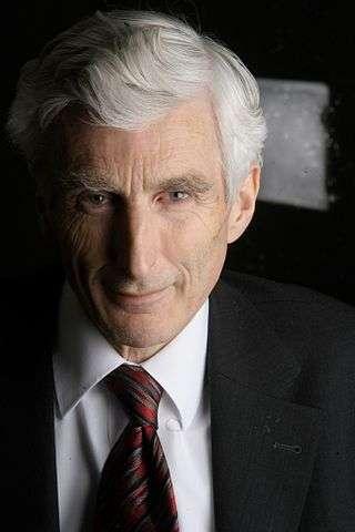 L'astrophysicien britannique Martin Rees lors d'une conférence en 2005 en Italie. En 1966, il avait été un des premiers à prédire et expliquer les mouvements supraluminiques apparents que l'on allait observer à partir des années 1970, grâce aux grands réseaux de radiotélescopes faisant de la synthèse d'ouverture par interférométrie. © CC by-sa 2.0, Wikipédia