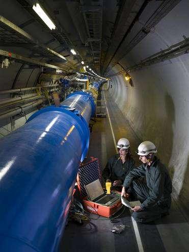 Une inspection d'un des aimants supraconducteurs dipolaires du LHC. Crédit : Cern