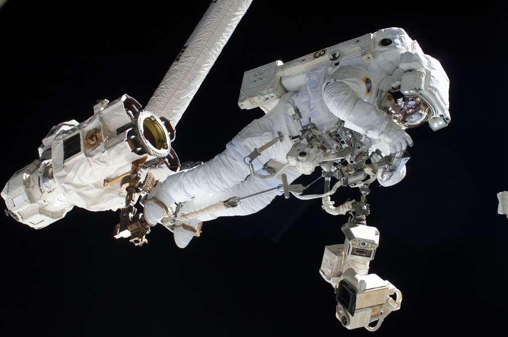 Luca Parmitano amarré au bras robotique Canadarm2 de l'ISS, piloté depuis l'intérieur de la Station. © Nasa