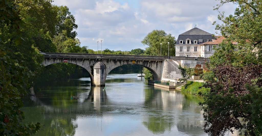 Bras de la Charente vu de l'île Marquais, Angoulême. © JLPC, Wikimedia commons, CC by-sa 3.0