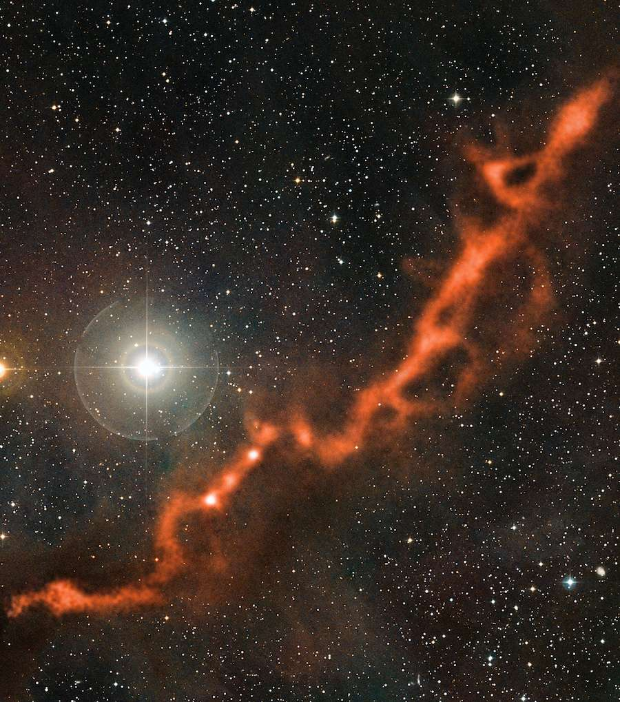 Le télescope Apex, au Chili, a débusqué des étoiles en formation à l'intérieur de ce filament de gaz froid et sombre distant de 450 années-lumière, en direction de la constellation du Taureau. © Eso, Apex