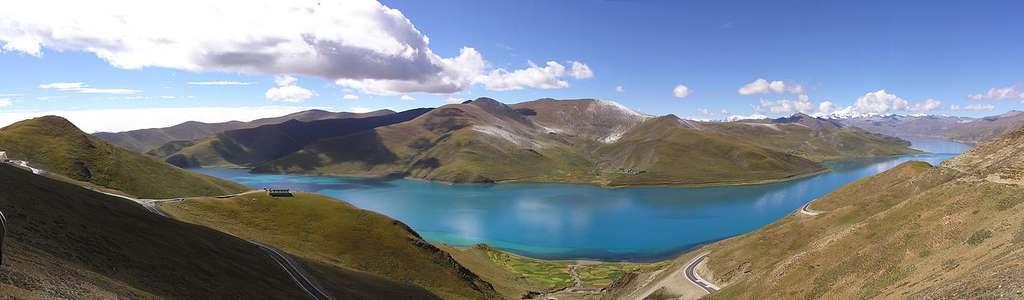 Le lac Yamdrok-Tso, un lac sacré du Tibet