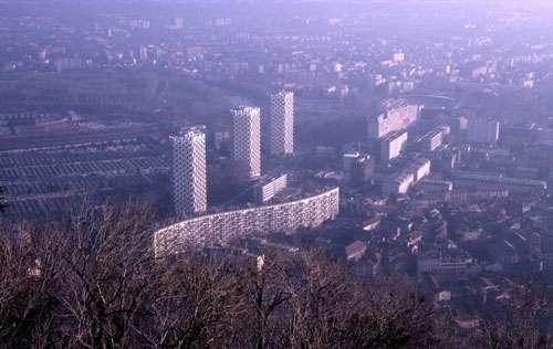 Grenoble, cet immeuble parasismique, construit en 1963, a une curieuse forme en « S » d'où son surnom de « serpent de pierre ». Ceci devrait lui permettre de résister davantage à un éventuel séisme. © J.-M. Bardintzeff