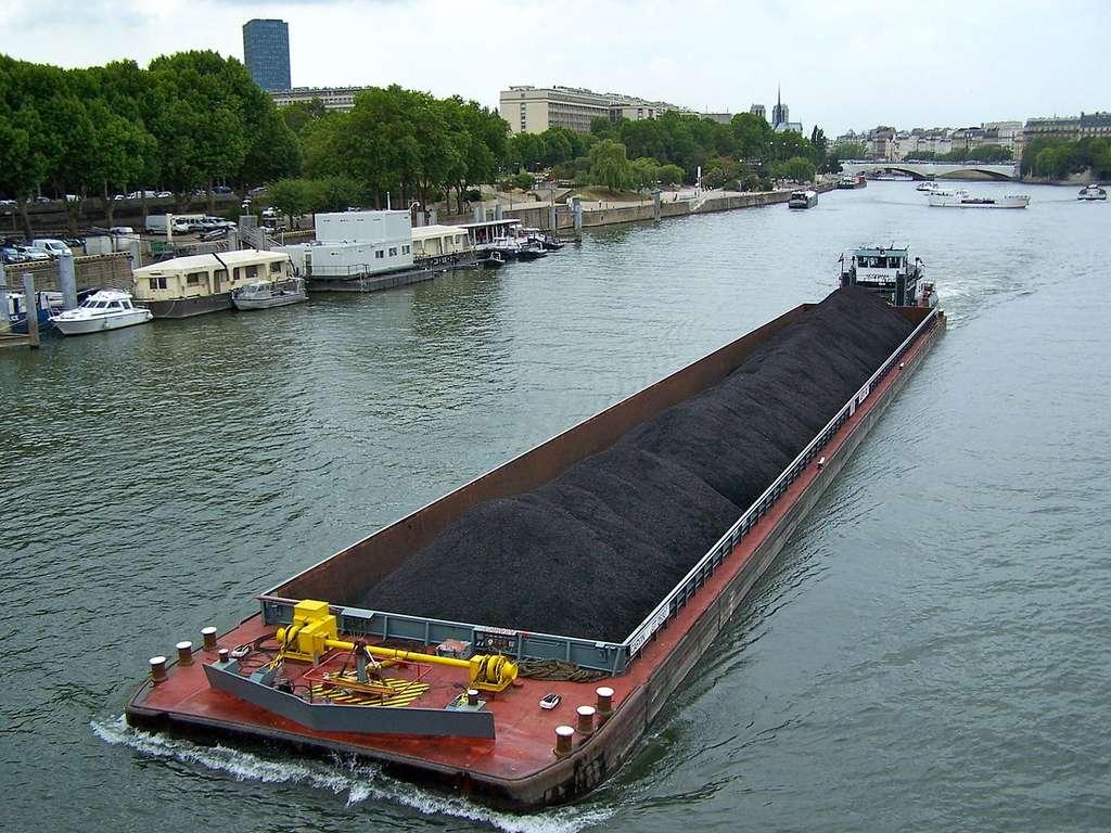 Sur la Seine, à Paris, le pousseur Occitania et une barge de 2.500 tonnes qui porte un chargement de charbon à destination d'une centrale thermique. © LPLT, Wikimedia Commons, cc by sa 3.0