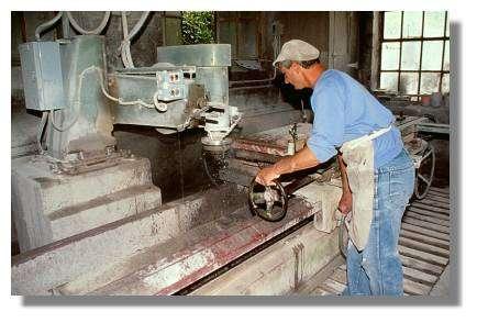 Moulurage d'une plaque de marbre à la marbrerie Yelmini Artaud, Balanod - Photo : Inv. Y. Sancey - © Inventaire général, ADAGP, 1997