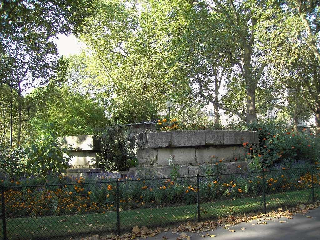 Restes de fondations de la Bastille, déposées square Henri Galli, à l'Arsenal, Paris. © Wikimedia Commons, domaine public.