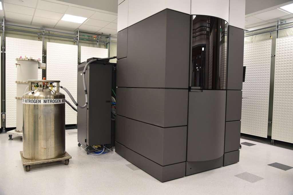Le microscope électronique Titan Krios est installé dans un bâtiment spécial à l'environnement contrôlé et hermétique aux ondes électromagnétiques. © Ye Che, Pfizer