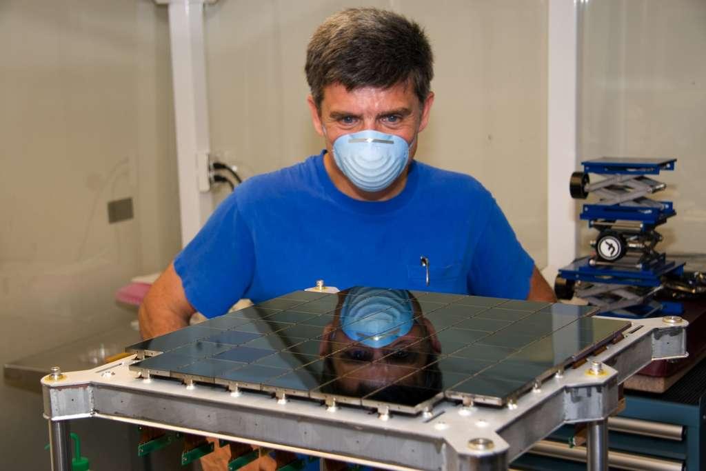 Le capteur de 1,4 gigapixel de la caméra GPC1 lors de son montage en juin 2007. Il est constitué de 64 détecteurs de forme carrée (orthogonal transfer array), bien visibles sur l'image, contenant chacun 8 x 8 capteurs CCD d'environ 600 x 600 pixels. © Pan-STARRS1 Science Consortium