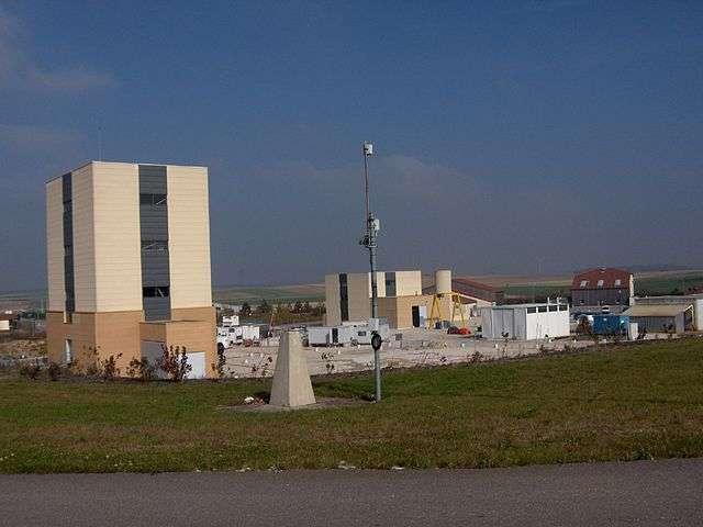 Ci-dessus, les tours au-dessus des deux puits d'accès aux galeries. Le site de Bure a été choisi en 1998, parmi beaucoup d'autres sites, pour accueillir l'enfouissement des déchets radioactifs. Les propriétés du sous-sol argileux ont été jugées optimales pour piéger les éléments radioactifs. © Ji-Elle, Wikimedia Commons