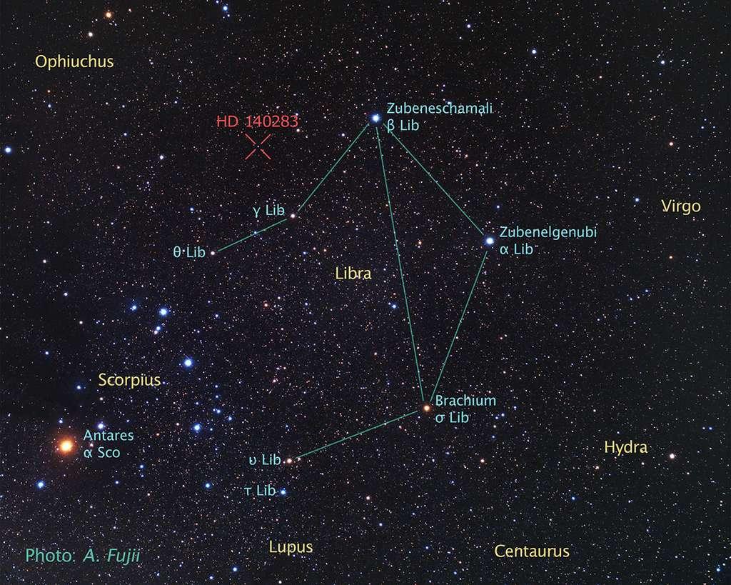 L'étoile HD 140283 est indiquée en rouge en haut à gauche de cette image montrant la constellation de la Balance (Libra). Elle est probablement née tout au plus quelques centaines de millions d'années après le Big Bang. © A. Fujii, Z. Levay