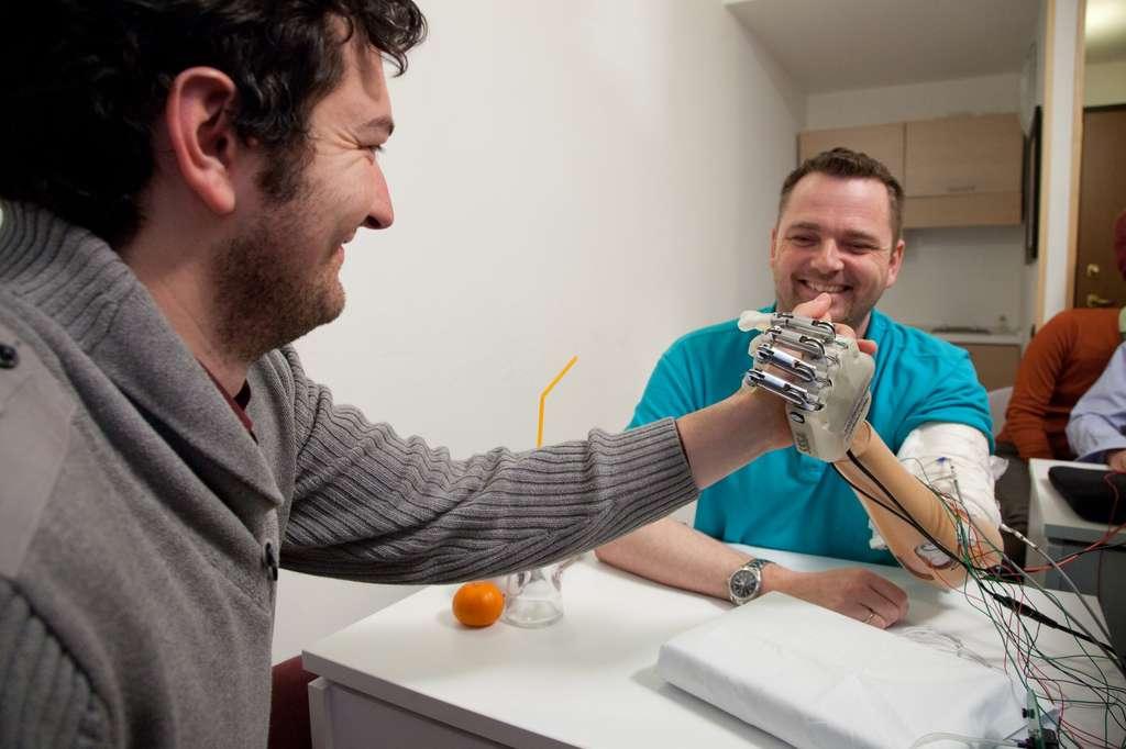Le projet LifeHand 2 de l'EPFL. Les signaux transmis par les capteurs, qui ne peuvent être envoyés directement sur les nerfs sensitifs, doivent être traités par un ordinateur selon un certain algorithme pour qu'ils soient interprétables par le cerveau. © EPFL
