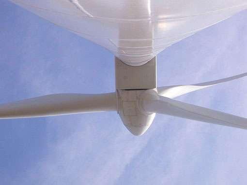 Le rotor d'une éolienne vu du pied