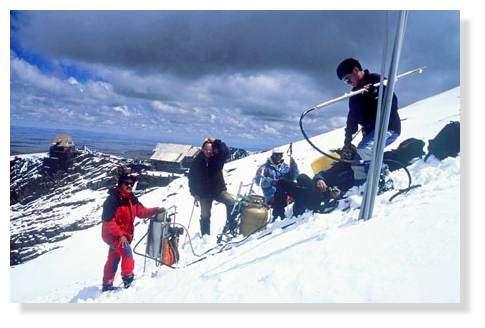 Glacier de Chacaltaya (5300 m) en Bolivie : remise en place des balises de bilan. © IRD/Bernard Francou.