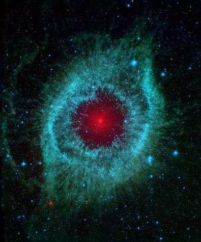 La nébuleuse Helix, vue par le télescope spatial Spitzer en infrarouge. Crédit NASA.