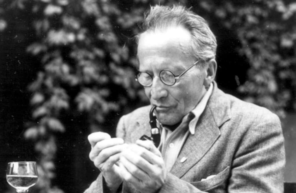 L'un des pères de la mécanique quantique, le prix Nobel de physique Erwin Schrödinger. Sa mécanique des ondes de matière gouvernées par l'équation portant son nom a permis de comprendre les propriétés des atomes et des molécules. Schrödinger s'est interrogé sur le rôle de la conscience dans l'univers, de ses relations avec la matière, et il avait adopté une position assez proche de la philosophie indienne dite du vedanta. © Cern