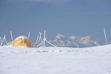 Camp de forage sur le glacier sommital du San Valentin, au fond le San Lorenzo. Pour la première fois, plusieurs carottes de glace ont été extraites d'un glacier patagonien, le San Valentin (Chili, 47 degrés sud) culminant à 3900 m, dans le cadre du projet Sanvallor soutenu par l'ANR où sont impliqués l'unité de recherche Great Ice de l'IRD, le LSCE, le LGGE, le LMTG et notre partenaire chilien, le CECS. © Patrick Ginot - IRD
