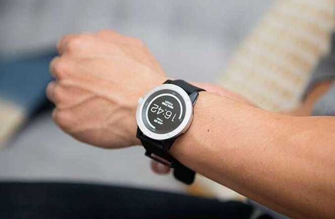 La PowerWatch, imaginée par la jeune pousse américaine Matrix Industries, est une montre connectée qui se recharge grâce à la chaleur dégagée par le corps, via un capteur thermoélectrique. © Matrix Industries
