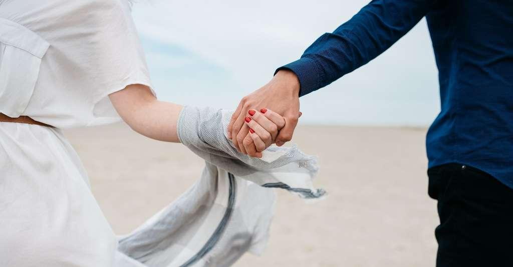 Le fait d'entrer en contact physique avec un être aimé agit de manière positive sur notre cerveau, diminuant la douleur que nous ressentons. © Pablo Heimplatz, Unsplash