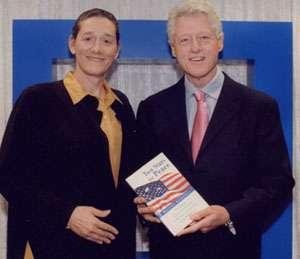 Le président Clinton recevant en 2005 un prix des mains de Martine Rothblatt. © Lifeboat Foundation