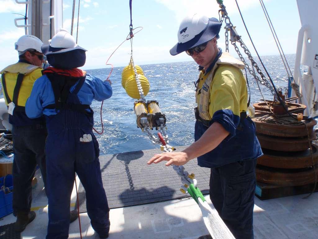 Une équipe du CSIRO déploie en pleine mer un système de surveillance pour l'océan profond. © CSRIO