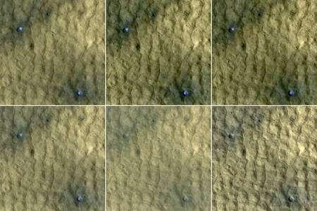 Cliquer sur l'image pour l'agrandir. Chacun des carrés sur ces images mesure 75 mètres et on voit clairement dans deux cratères d'impact récent de la glace colorée en bleu qui se sublime au cours du temps sur une période de 15 semaines. Crédit : NASA/JPL-Caltech/University of Arizona