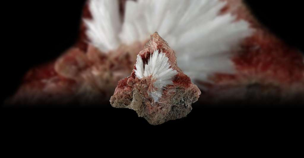 Natrolite. © Rob Lavinsky, Wikimedia commons, CC by-sa 3.0