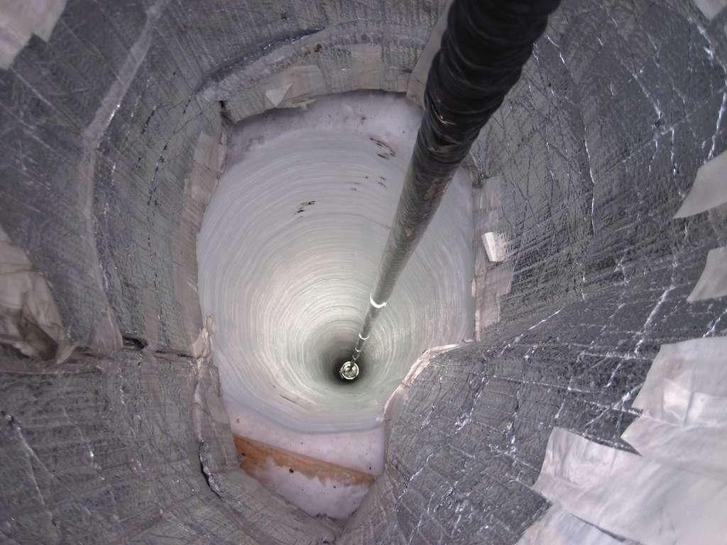L'un des 86 puits. Un capteur est en train d'y être descendu, le 7 décembre dernier. Le fond du puits est à 2.450 mètres sous la surface de la glace. © B. Gudbjartsson/NSF
