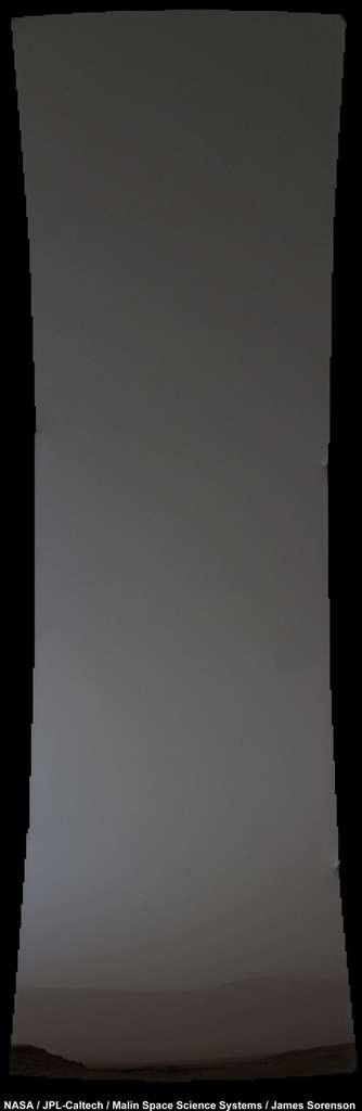 C'était le crépuscule quand le rover Curiosity a pris cette image du ciel martien. Le petit point lumineux dans le coin gauche supérieur n'est autre que la comète Siding Spring, quelques heures après son passage au plus près de la planète rouge. © Nasa, JPL-Caltech, MSSS, James Sorenson