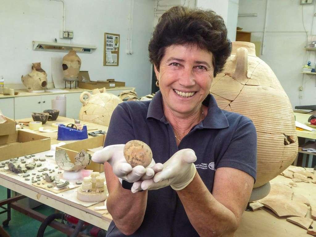 Alla Nagorsky ist Teil des Teams, das das Ei entdeckt hat.  © Gilad Stern, Israelische Antikenbehörde