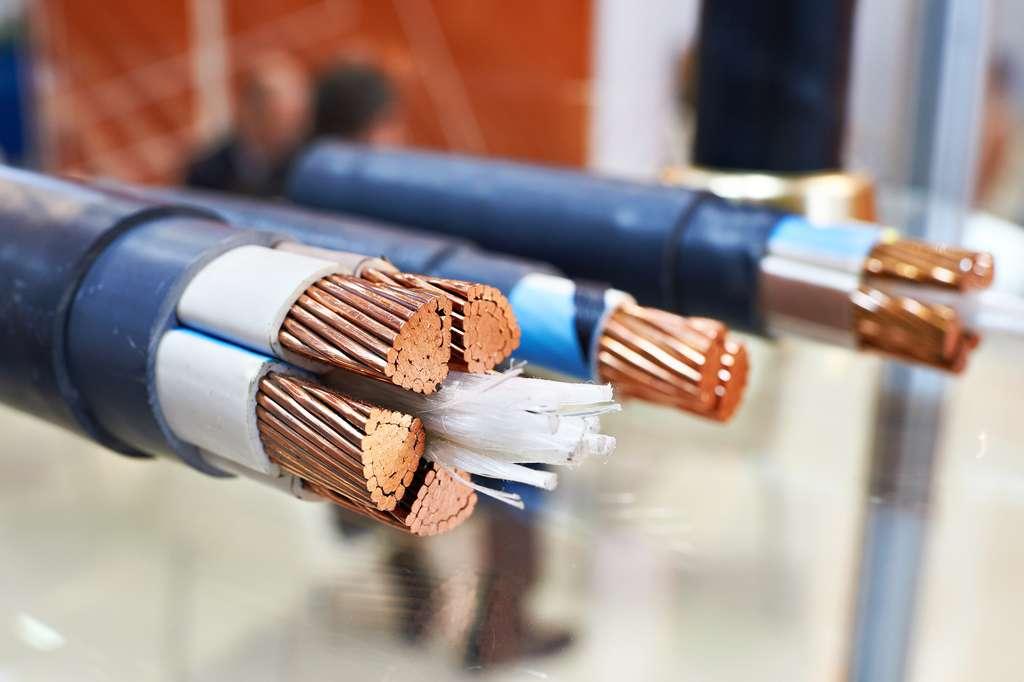 Une des exceptions : le cuivre, qui n'est pas gris. Il est un parfait conducteur électrique. © Sergey Ryzhov, fotolia