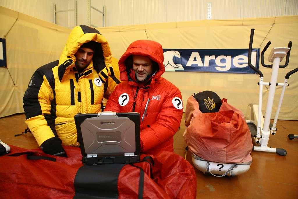 Julien Cabon (en jaune) et Alan Le Tressoler (en rouge) testent leur équipement dans une chambre froide, en décembre 2011. Ils y passeront 9 jours par -28 °C, dans 70 m2. © Georges Gourmelon