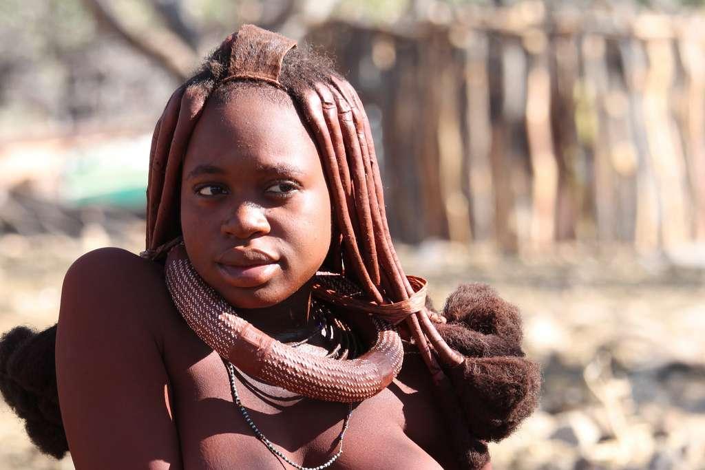 Photo d'une jeune femme himba, en Namibie