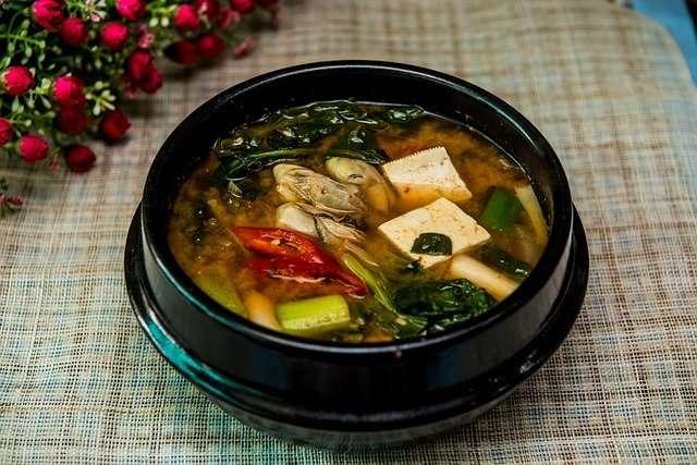 Les Okinawaïens commencent souvent le repas par une soupe miso. © Jyleen21, Pïxabay, DP