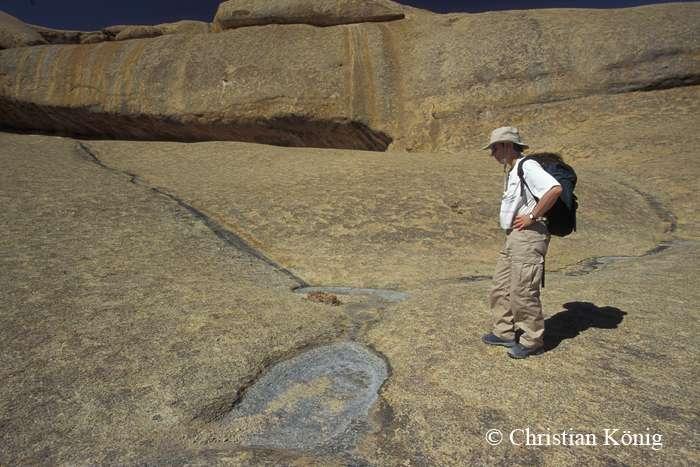 La solution du granite peut générer des flaques comme celles-ci sur le massif. © Christian König, DR