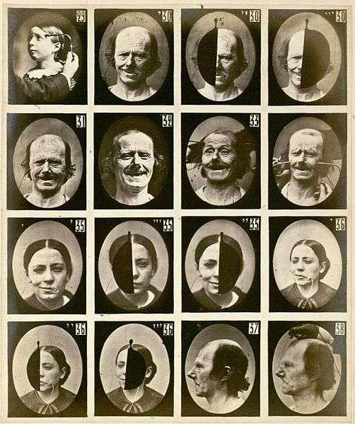 En 1862, dix ans avant Darwin, le Français Guillaume-Benjamin Duchenne s'était déjà intéressé aux émotions que l'on pouvait lire sur les visages. Il démontre notamment qu'un vrai sourire (aujourd'hui appelé « sourire de Duchenne ») ne se caractérise pas uniquement par la contraction de muscles buccaux, mais aussi par celle du muscle orbitaire de l'œil. Cette contraction est quasiment impossible à faire de manière volontaire et non spontanée, ce qui signifie que l'on peut mesurer la sincérité d'un sourire. © Guillaume Duchenne, Mécanisme de la physiologie humaine, Wikipédia, DP