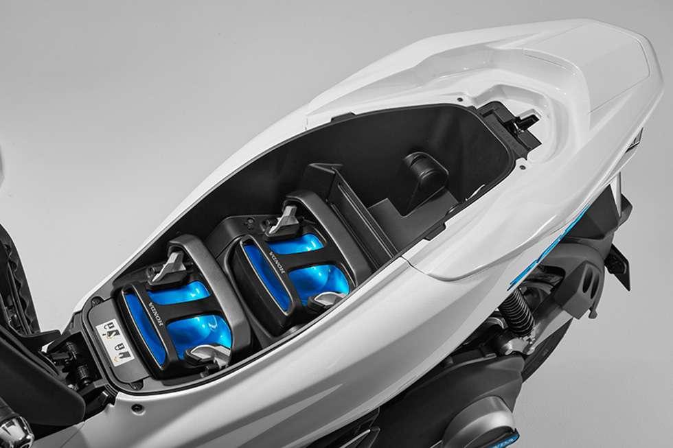 La batterie interchangeable Honda dans le scooter électrique PCX. © Honda