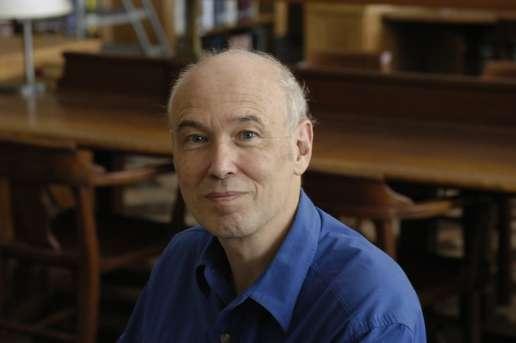 À 12 ans, Pierre Deligne lisait des ouvrages de mathématiques (d'après sa biographie). À l'occasion de la remise du prix Wolf en 2008, il confiait pour un portrait qu'à 14 ans, il avait reçu en cadeau un livre de Bourbaki sur la théorie des ensembles, offert par un ami de la famille et professeur de mathématiques. S'il lui a fallu un an pour le lire, il ajoute : « Là, j'ai appris quel était l'idéal de rigueur en mathématiques. Et une fois qu'on a pu comprendre cet idéal, on se sent beaucoup plus libre pour s'en éloigner, dans la mesure où l'on sait qu'on peut y revenir. » Ce portrait a été publié sur le site de la Commission européenne. © Cliff Moore