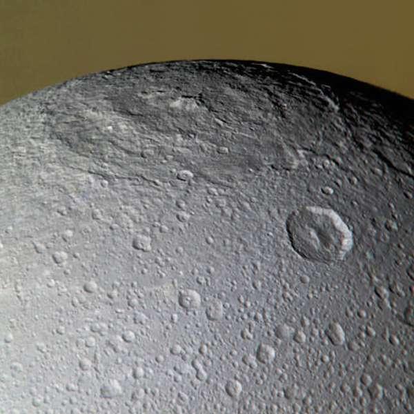 La surface de Dioné porte les cicatrices d'un violent impact avec une petite lune de Saturne. © Nasa/JPL/SSI/J. Major