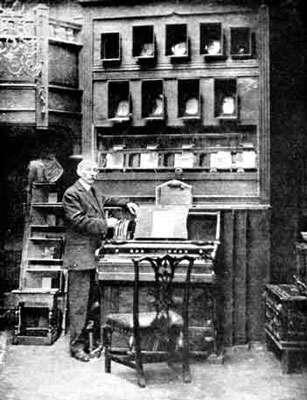 Alexander Rimington et son orgue à couleurs en 1912. Sous son image : les douze couleurs qu'il associait aux douze notes de la gamme chromatique. © Domaine public