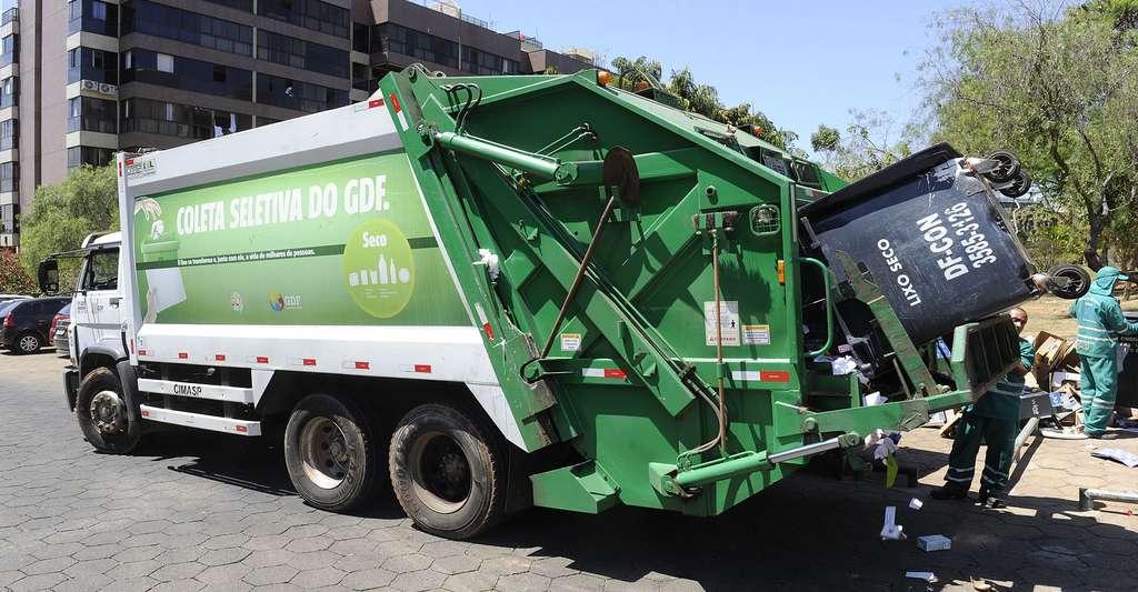 Relevage des poubelles pour le tri sélectif. © Senado Federal, CC BY 2.0