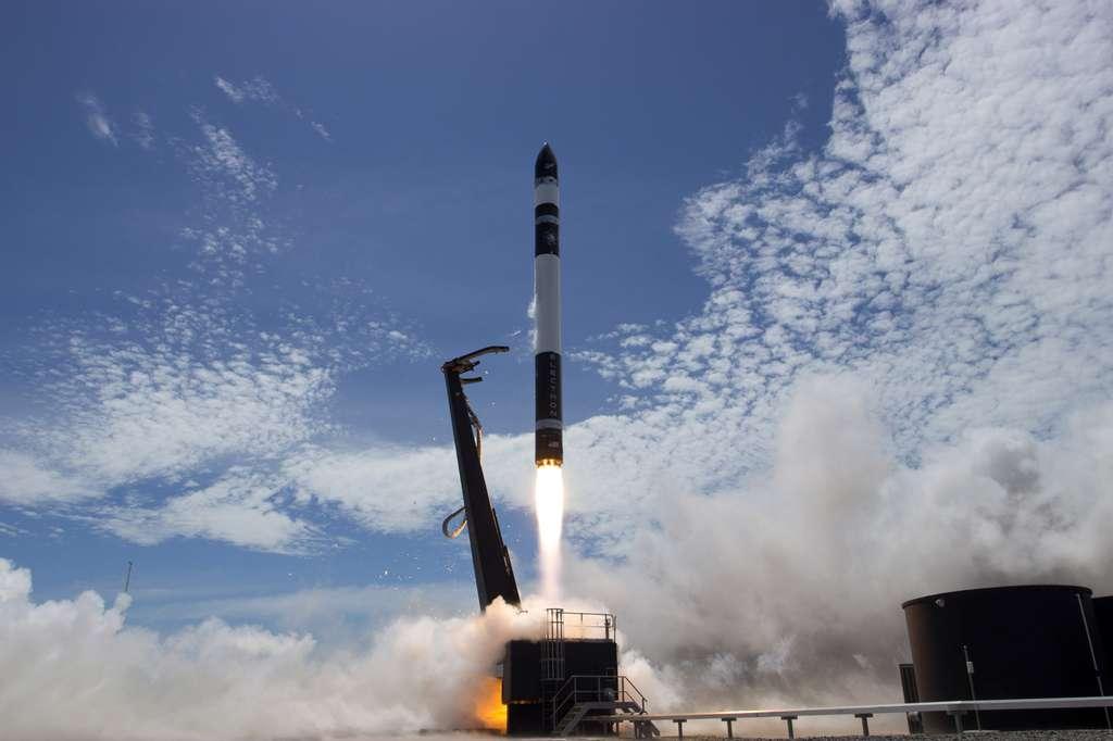 Succès pour le deuxième vol d'essai, sur les trois prévus, du petit lanceur Electron. Les neuf moteurs Rutherford de l'étage principal, qui fonctionne avec un mélange d'oxygène liquide et de kérosène) ont fonctionné deux minutes et trente secondes, avant que l'étage supérieur prenne le relais. Son seul moteur, également un Rutherford, a fonctionné durant près de six minutes. © Rocket Lab