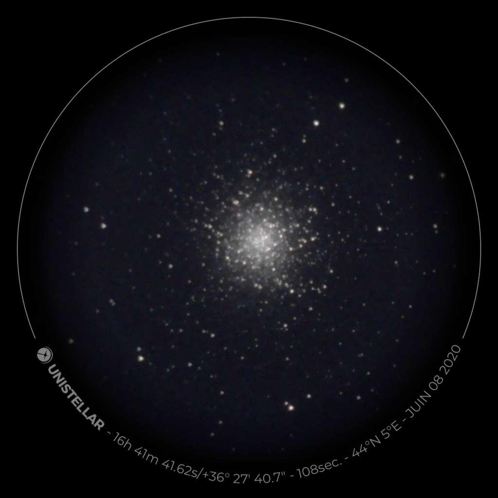 M13 (Messier 13), le Grand amas d'hercule, observé avec l'eVscope. Des dizaines de milliers d'étoiles sont concentrées dans ce célèbre amas globulaire. © XD, Futura