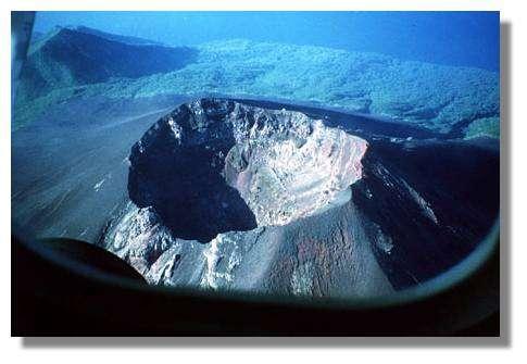 Cratère sommital du Lopévi (1993) © IRD/Michel Monzier.